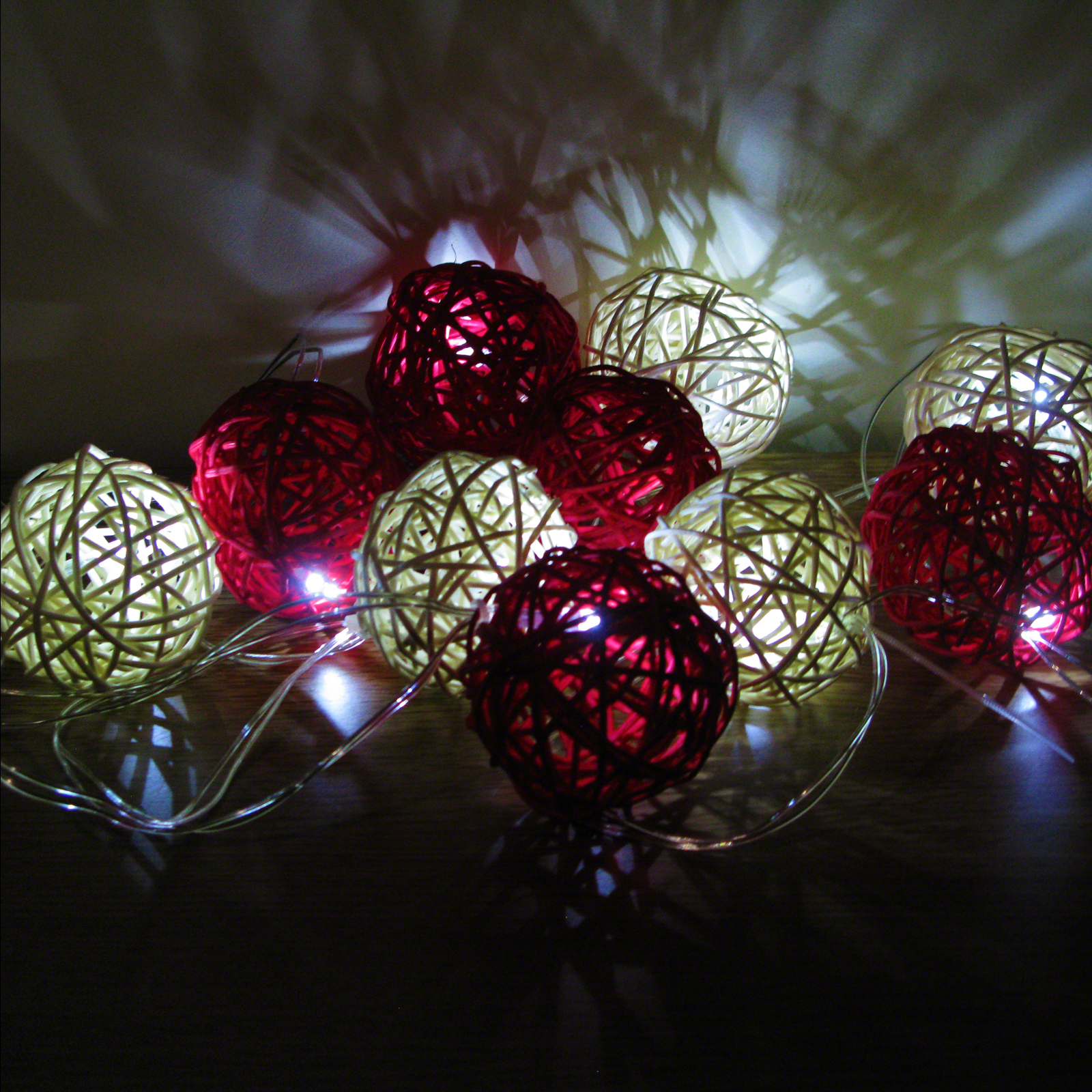 10 Rattan Solar Balls Red And White